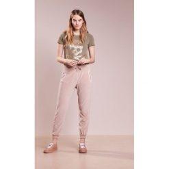 True Religion Spodnie treningowe silver grey. Spodnie dresowe damskie True Religion, z bawełny. Za 549.00 zł.