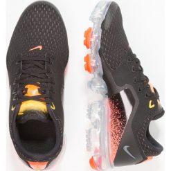 Nike Performance AIR VAPORMAX  Obuwie do biegania treningowe black/dark grey/metallic silver. Buty sportowe chłopięce Nike Performance, z materiału. Za 609.00 zł.
