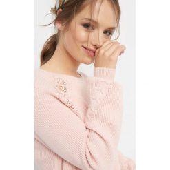 Prążkowany sweter z koronką. Brązowe swetry damskie Orsay, z dzianiny, z okrągłym kołnierzem. Za 99.99 zł.
