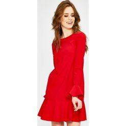 Answear - Sukienka. Czerwone sukienki damskie ANSWEAR, z elastanu, casualowe, z okrągłym kołnierzem. W wyprzedaży za 69.90 zł.