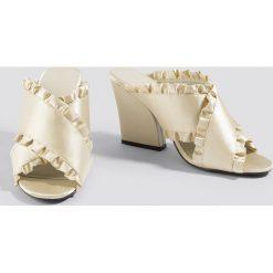 NA-KD Shoes Klapki mule z falbanką - Beige,Nude. Brązowe klapki damskie NA-KD Shoes, w paski, z materiału. W wyprzedaży za 113.37 zł.