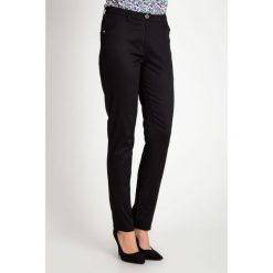 Czarne klasyczne spodnie z regularnym stanem QUIOSQUE. Czarne spodnie materiałowe damskie QUIOSQUE, w paski, z bawełny. W wyprzedaży za 99.99 zł.