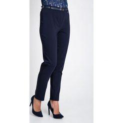 Granatowe eleganckie spodnie z paskiem QUIOSQUE. Szare spodnie materiałowe damskie QUIOSQUE, z haftami, z bawełny. W wyprzedaży za 139.99 zł.