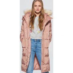 Pikowany płaszcz z kapturem - Różowy. Czerwone płaszcze damskie Cropp. W wyprzedaży za 239.99 zł.