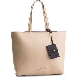 Torebka CALVIN KLEIN - Tack Shopper K60K604833 Light Sand 638. Brązowe torebki shopper damskie Calvin Klein, ze skóry ekologicznej. Za 649.00 zł.