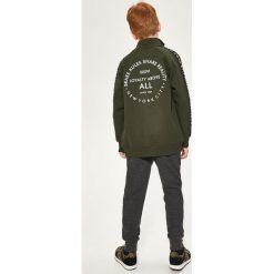 Bluza z nadrukiem na plecach - Khaki. Bluzy dla chłopców marki Reserved. W wyprzedaży za 39.99 zł.