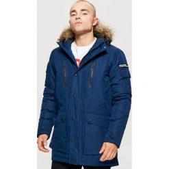 Zimowy płaszcz z kapturem - Granatowy. Niebieskie płaszcze męskie Cropp, na zimę. Za 329.99 zł.