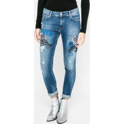 Pepe Jeans - Jeansy. Niebieskie jeansy damskie Pepe Jeans. W wyprzedaży za 239.90 zł.