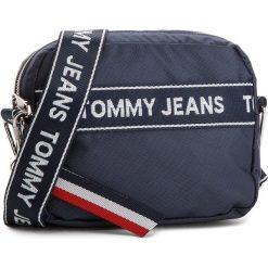 Torebka TOMMY JEANS - Logo Cam AU0AU00191 413. Niebieskie listonoszki damskie Tommy Jeans, z jeansu. W wyprzedaży za 279.00 zł.