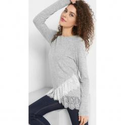 Asymetryczny sweter z koronką. Szare swetry damskie Orsay, z dzianiny, z asymetrycznym kołnierzem. Za 69.99 zł.