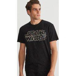 T-shirt z nadrukiem Star Wars - Czarny. Czarne t-shirty męskie Reserved, z motywem z bajki. Za 59.99 zł.
