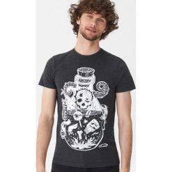 T-shirt z nadrukiem - Szary. Szare t-shirty męskie House, z nadrukiem. Za 39.99 zł.