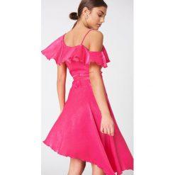 NA-KD Party Asymetryczna sukienka kopertowa z falbaną - Pink. Sukienki damskie NA-KD Trend, z asymetrycznym kołnierzem. Za 80.95 zł.