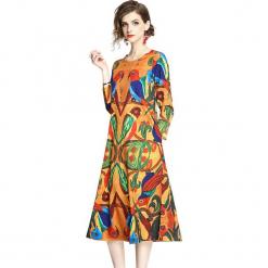 Sukienka w kolorze pomarańczowym ze wzorem. Brązowe sukienki damskie Ostatnie sztuki w niskich cenach, z okrągłym kołnierzem. W wyprzedaży za 134.95 zł.