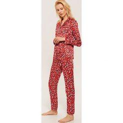 Dwuczęściowa piżama Mickey Mouse - Czerwony. Czerwone piżamy damskie House, z motywem z bajki. Za 119.99 zł.