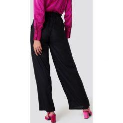 Andrea Hedenstedt x NA-KD Spodnie z wysokim stanem i wiązaniem - Black. Czarne spodnie materiałowe damskie Andrea Hedenstedt x NA-KD. Za 161.95 zł.