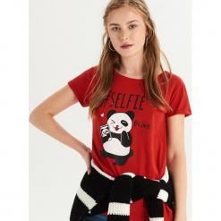 T-shirt z pandą - Czerwony. Czerwone t-shirty damskie Sinsay. Za 19.99 zł.