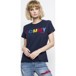 Tommy Jeans - Top. Szare topy damskie Tommy Jeans, z nadrukiem, z bawełny, z okrągłym kołnierzem, z krótkim rękawem. W wyprzedaży za 139.90 zł.