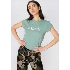 NA-KD T-shirt Darlin' - Green. Zielone t-shirty damskie NA-KD, z napisami, z bawełny, z okrągłym kołnierzem. Za 60.95 zł.
