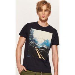 T-shirt z fotonadrukiem - Granatowy. Niebieskie t-shirty męskie House. Za 39.99 zł.
