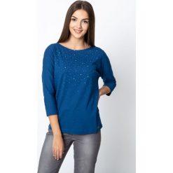 Niebieska bluzka z rękawem 3/4 QUIOSQUE. Niebieskie bluzki damskie QUIOSQUE, w geometryczne wzory, z bawełny, z dekoltem w łódkę. Za 69.99 zł.