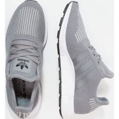 Adidas Originals SWIFT RUN Tenisówki i Trampki grey three /core black. Trampki męskie adidas Originals, z materiału. W wyprzedaży za 359.10 zł.