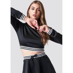 Pamela x NA-KD Krótka bluza sportowa - Black. Czarne bluzy damskie Pamela x NA-KD, w paski. Za 161.95 zł.