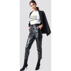 NA-KD Trend Spodnie z lakierowanej sztucznej skóry z wiązaniem - Black. Czarne spodnie materiałowe damskie NA-KD Trend, z haftami, z bawełny. Za 242.95 zł.