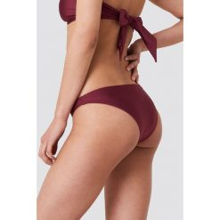 NA-KD Swimwear Błyszczący dół bikini z niskim stanem - Red. Czerwone bikini damskie NA-KD Swimwear. Za 32.00 zł.
