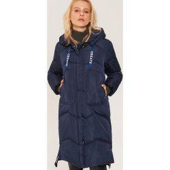 Pikowany płaszcz z napisami - Granatowy. Niebieskie płaszcze damskie House, z napisami. Za 359.99 zł.