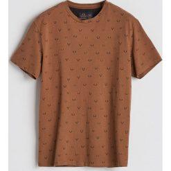 T-shirt z drobnym nadrukiem - Brązowy. Brązowe t-shirty męskie Reserved, z nadrukiem. Za 49.99 zł.