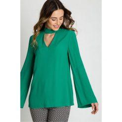 Zielona bluzka z chokerem  BIALCON. Zielone bluzki damskie BIALCON, z tkaniny, biznesowe, z chokerem. W wyprzedaży za 146.00 zł.
