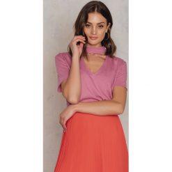 NA-KD T-shirt z dekoltem V - Pink. Różowe t-shirty damskie NA-KD, z bawełny, z chokerem. W wyprzedaży za 18.29 zł.