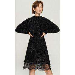 Dzianinowa sukienka z koronką - Czarny. Czarne sukienki damskie Sinsay, w koronkowe wzory, z dzianiny. Za 99.99 zł.