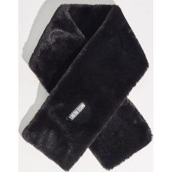 Pluszowy szal - Czarny. Czarne szaliki i chusty damskie Sinsay. Za 29.99 zł.