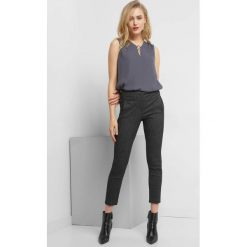 Spodnie w kant z drobnym wzorem. Czarne spodnie materiałowe damskie Orsay, w geometryczne wzory, z elastanu. Za 99.99 zł.