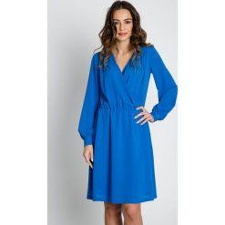 Niebieska luźna sukienka z gumką w talii BIALCON. Niebieskie sukienki damskie BIALCON, eleganckie, dekolt w kształcie v. W wyprzedaży za 216.00 zł.