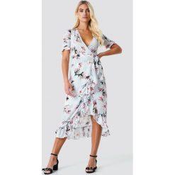 Trendyol Kopertowa sukienka w kwiaty - Grey. Szare sukienki damskie Trendyol, w kwiaty, z kopertowym dekoltem, z krótkim rękawem. Za 141.95 zł.