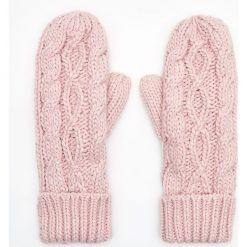 Jednopaczaste rękawiczki z ozdobnym splotem - Różowy. Czerwone rękawiczki damskie Cropp, ze splotem. Za 39.99 zł.