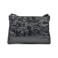 Skórzana torebka w kolorze czarnym - (S)24 x (W)18 x (G)2 cm. Czarne torby na ramię damskie Akcesoria na sylwestrową noc. W wyprzedaży za 139.95 zł.