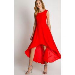 Czerwona sukienka maxi z asymetrycznym dołem BIALCON. Czerwone sukienki damskie BIALCON, na jesień, wizytowe, z asymetrycznym kołnierzem. Za 355.00 zł.