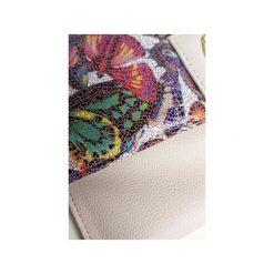 Kopertówka Koperta MANZANA - pudrowy róż - Motyle. Czerwone kopertówki damskie Manzana, w paski, z materiału, eleganckie. Za 79.00 zł.