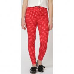 Spodnie w kolorze czerwonym. Czerwone spodnie materiałowe damskie TrakaBarraka, w kropki. W wyprzedaży za 119.95 zł.