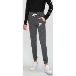 Nike Sportswear - Spodnie/legginsy 883731. Szare legginsy damskie Nike Sportswear, z bawełny. W wyprzedaży za 139.90 zł.