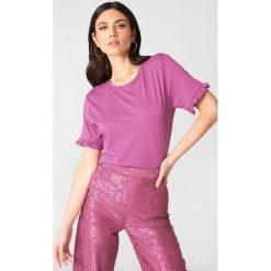 NA-KD T-shirt z falbanką - Pink. Różowe t-shirty damskie NA-KD, z bawełny, z falbankami. W wyprzedaży za 30.48 zł.
