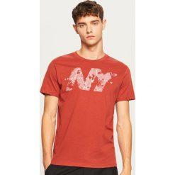 T-shirt z nadrukiem - Czerwony. Czerwone t-shirty męskie Reserved, z nadrukiem. Za 39.99 zł.