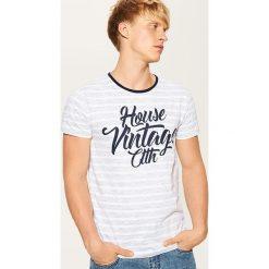 T-shirt z napisem - Wielobarwn. Szare t-shirty męskie House, z napisami. W wyprzedaży za 29.99 zł.