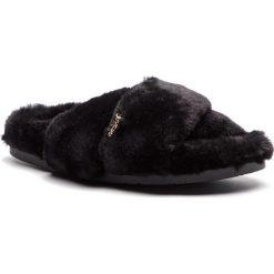 Kapcie JUICY COUTURE BLACK LABEL - Fanny JB298 Pitch Black. Czarne kapcie damskie Juicy Couture Black Label, z materiału. Za 439.00 zł.