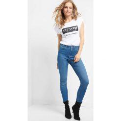 Jeansy skinny z wysokim stanem. Niebieskie jeansy damskie Orsay. W wyprzedaży za 90.00 zł.