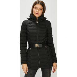 Guess Jeans - Kurtka Ramona. Czarne kurtki damskie Guess Jeans, w paski, z elastanu. Za 799.90 zł.